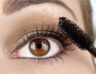 applying eye makeup